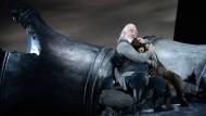 Geborstene Glocken: John Tomlinson als Iwan Sussanin tröstet Katharina Magiera als sein Adoptivkind Wanja