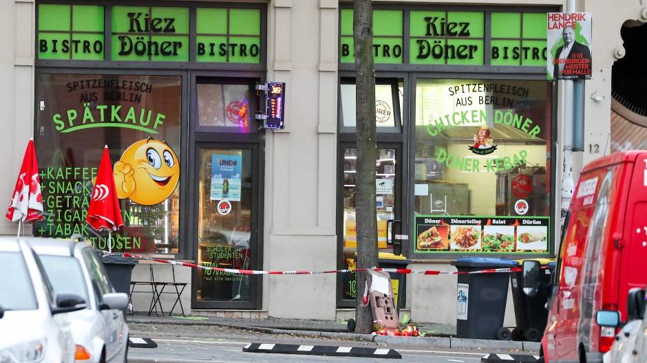 Absperrband hängt vor einem Dönerladen in Halle, wo im Oktober 2019 zwei Menschen erschossen wurden.