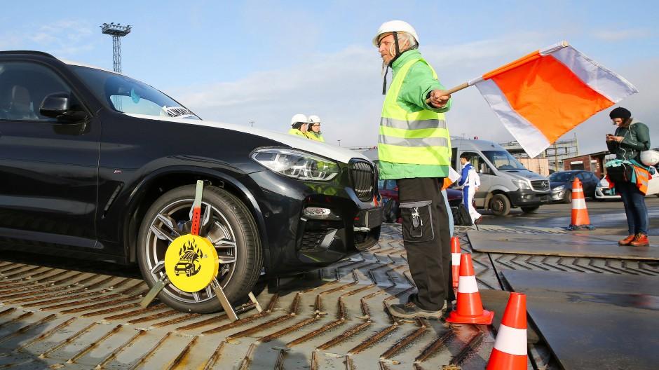 Greenpeace-Aktivisten blockieren am Autoterminal in Bremerhaven Anfang September 2019 das Entladen von SUV-Fahrzeugen.