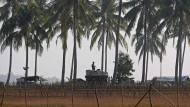 Burmesische Polizeikräfte bewachen Dörfer nahe der Grenze zu Bangladesch. Aus der Region sollen nach UN-Angaben Zehntausende Rohingya geflohen sein.