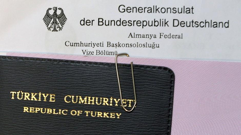 Türkischer Pass in der Visastelle des deutschen Generalkonsulats in Istanbul: Die Einreise soll leichter werden, fordert die Türkei.