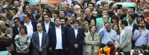 Mitglieder der katalanischen Regionalregierung, in der Mitte Präsident Puigdemont, demonstrieren für die Unabhängigkeit