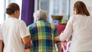 Altenpflege wird immer wichtiger: Klinik- und Pflegereform sollen im November beschlossen werden, bei der Ausbildung gibt es jedoch Krach.