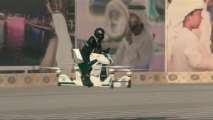 Polizisten mit fliegenden Motorrädern