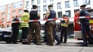 Polizisten stehen im Oktober des vergangenen Jahres nach einer Messer-Attacke am Rosenheimer Platz in München.