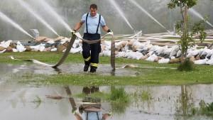 Hochwasser-Gaffer stören die Rettungskräfte