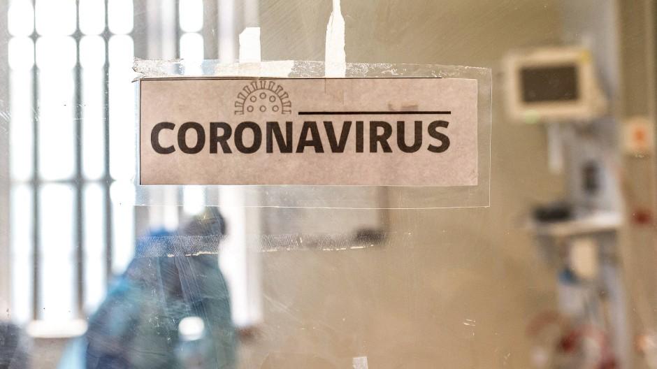 Gesundheitspersonal arbeitet an der Intensivstation eines Krankenhauses, in dem Covid-19-Patienten behandelt werden.