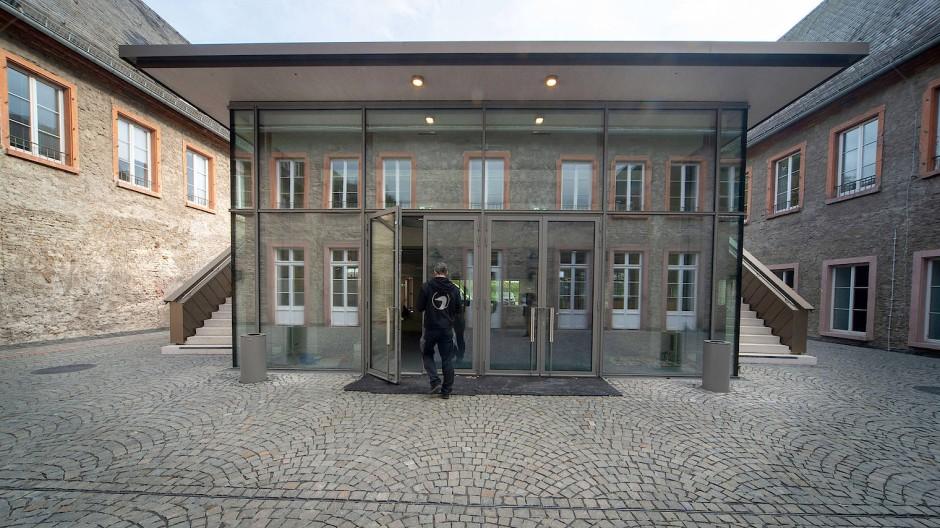In den Boden eingelassen: Der Neubau darf die obere Fensterfront des denkmalgeschützten Altbaus nicht überragen.