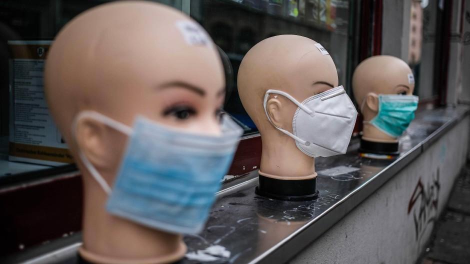Verschiedene Atemschutzmasken vor einem Geschäft in Berlin, 2. April 2020