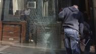 Aufwendige Aufräumarbeiten: Nach einem Einbruch in einem Juweliergeschäft beseitigen Arbeiter die Schäden.