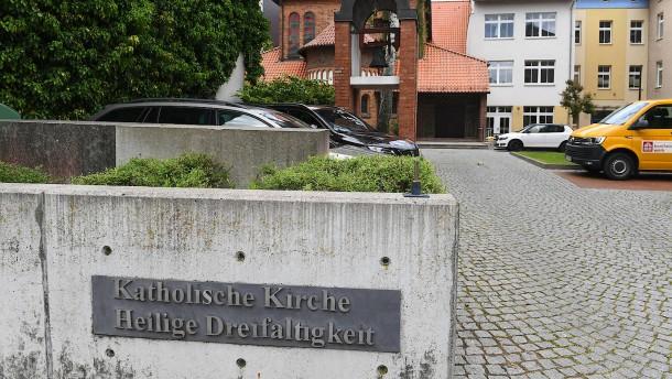 Priester in Vorpommern steckt acht Menschen an