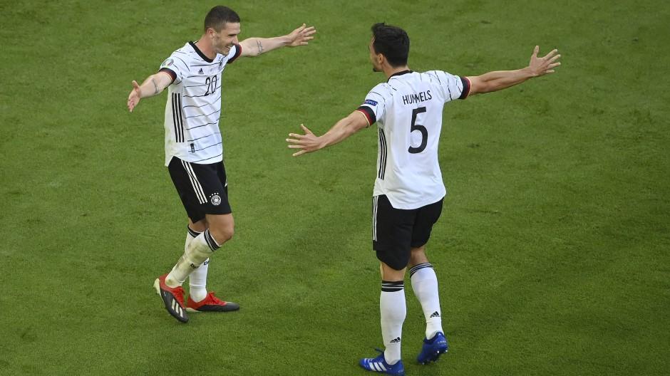 Komm mir in die Arme: Gosens (l.) und Hummels freuen sich über den Sieg gegen Portugal.