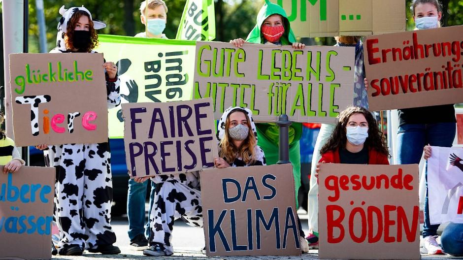 Aktivisten von Campact und anderen Umwelt-Organisationen protestieren vor dem Bundeskanzleramt für einen Neustart der Agrarpolitik.