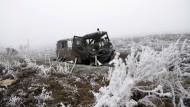 Ein zerstörtes Sanitätsfahrzeug in der Nähe der Ortschaft Switlodarsk, unweit von Debalzewe.