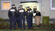 Spurensicherung: Ein zweijähriges Mädchen ist nach Angaben der Polizei im Hamburger Ortsteil Neugraben-Fischbeck getötet worden.