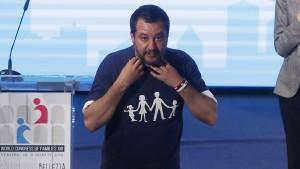 Aktivistinnen stellen Salvini eine Fotofalle
