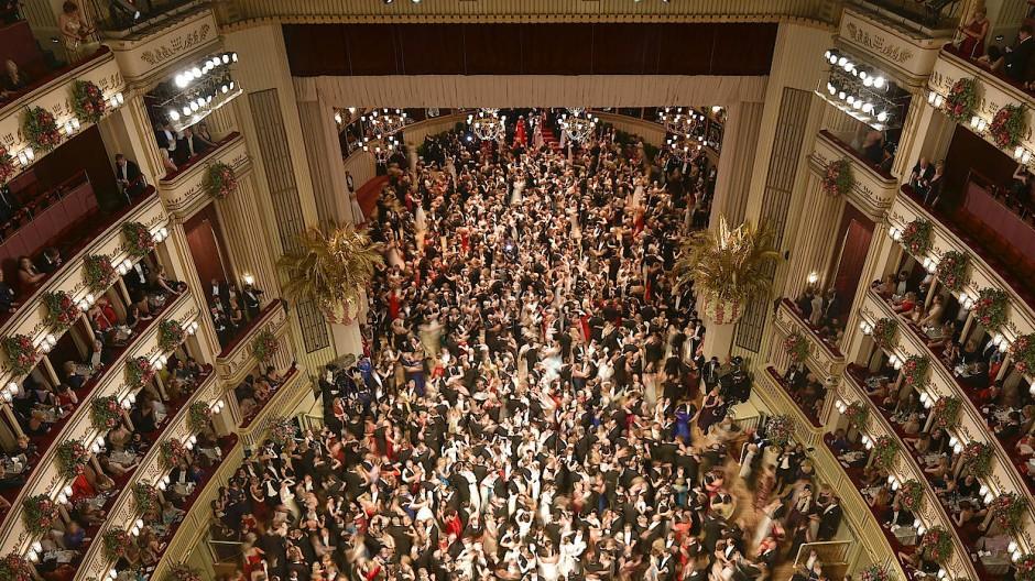 Ballgäste beim Wiener Opernball im Jahr 2018.