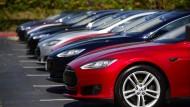 Tesla Model S-Autos auf einem Parkplatz der Zentrale von Tesla Motos in Palo Alto, Kalifornien.