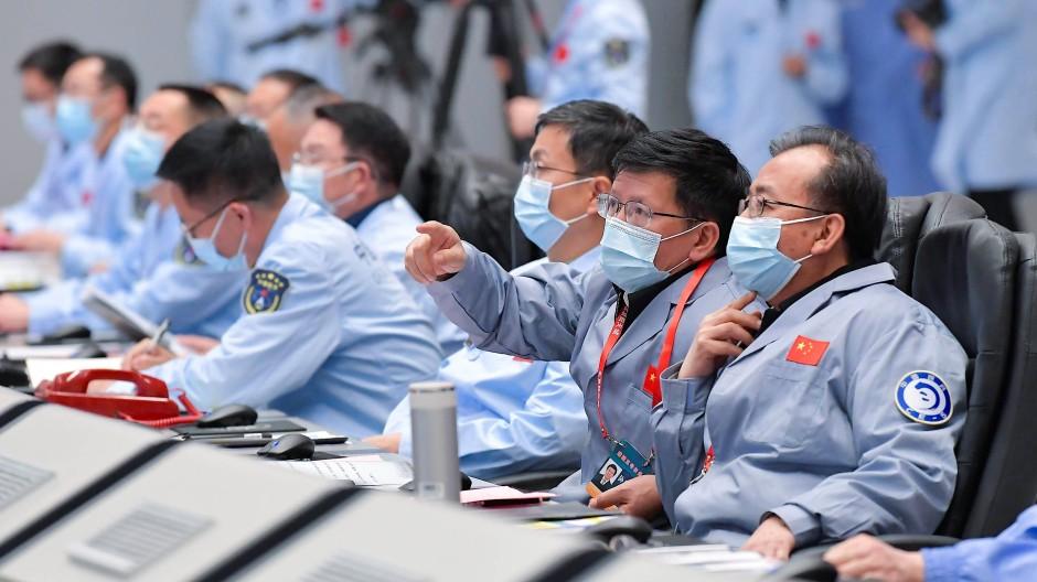 """Das technische Person der Raumsonde """"Chang'e 5"""" im Pekinger Raumfahrtkontrollzentrum"""
