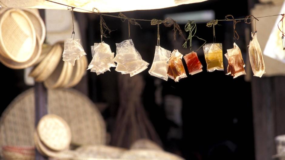 Von Chili über Knoblauch-Pulver: Auf einem Markt in Vietnam hängen verschiedene Gewürze in kleinen Plastiktüten.