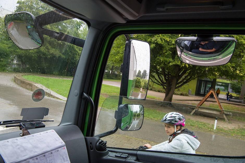 Eine potentiell gefährliche Situation: Radfahrer neben dem Lkw