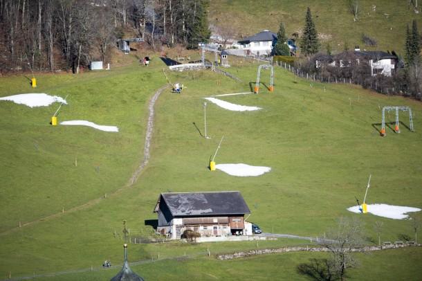 21. Dezember 2014. Skifahrer müssen in diesem Winter hoch hinaus, um ihrem Hobby nachgehen zu können. In den Alpentälern - wie auf unserem Bild im schweizerischen Engelberg - liegt kein Schnee. Auch die Skikanonen helfen nicht, es ist zu warm.
