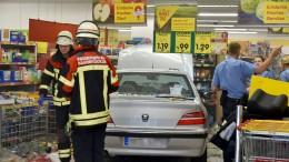 91 Jahre alter Mann fährt mit Auto in Supermarkt