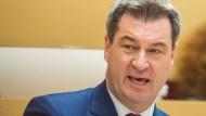 Markus Söder ist seit März dieses Jahres bayerischer Ministerpräsident – und hat damit schon seinen Traum-Job. Zu tun hat er eigentlich auch genug: Am 14. Oktober steht die Landtagswahl vor der Tür, bei der der CSU der Verlust der absoluten Mehrheit im Landtag droht. Dennoch: Der 51 Jahre alte Nürnberger wird mit als erster genannt, wenn es um eine mögliche Nachfolger Seehofers als Parteivorsitzender geht. Damit hätte er – wie Seehofer bis diesen März – die beiden wichtigsten Posten, die die CSU zu vergeben hat, in Personalunion inne. Er wäre, jedenfalls auf dem Papier, aber auch Alleinverantwortlicher für das CSU-Abschneiden bei der Landtagswahl.