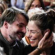 """Saša Stanišić (""""Herkunft""""), aus Bosnien stammender Autor, erhält den Deutschen Buchpreis 2019 und nimmt nach der Verkündung seine Freundin Katja Sämann in den Arm."""