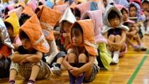 Mit feuerfesten Mützen: Schüler einer Grundschule in Tokio nehmen brav an einer Katastrophenübung teil