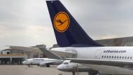 Die Lufthansa strukturiert ihre Pilotenausbildung neu: Die Kosten der Ausbildung sollen zwar sinken, dafür müssen künftige Flugschüler den gesamten Betrag selbst zahlen.