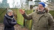 Noch stehen Zaun und Bäume: Simone Bühler (links) und Alexander Klann vor ihrem Garten. Gleich daneben verläuft die Bahnstrecke.