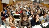 """Vielfältige Studentenschaft, vielfältige Probleme: In 20 Universitätsstädten gibt es mittlerweile """"Nightlines""""  für Studenten."""