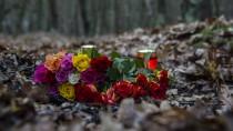 An der Fundstelle der Leiche sind Blumen und Kerzen abgelegt worden.