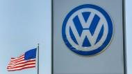 Die amerikanische Flagge neben einem VW-Händler in San Diego, Kalifornien