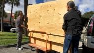 Viele Menschen kauften Sperrholzplatten, um Fenster und Türen zu vernageln.