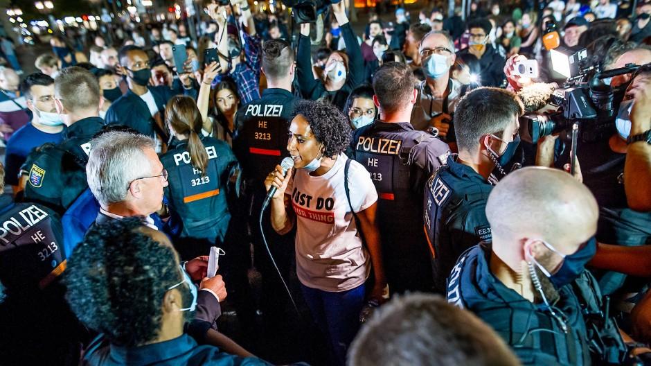 Frankfurts Oberbürgermeister Peter Feldmann (SPD) sucht das Gespräch mit den Aktivisten aus dem BlackLivesMatter-Umfeld. Es wird ungemütlich.