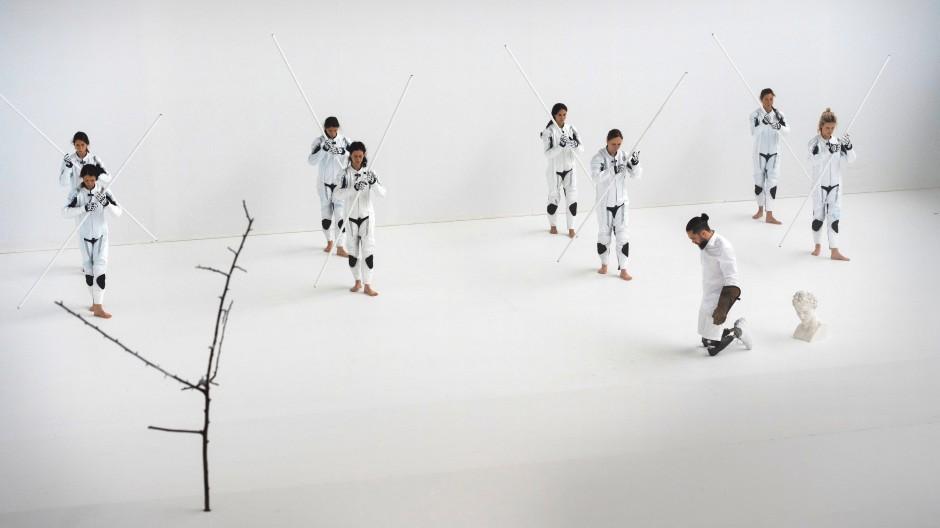 Sich des Bedrängten zu erbarmen steht ein Völkchen aus Tänzerinnen parat: Silvio Jagarinec (vorn rechts) im Viktoriabad.