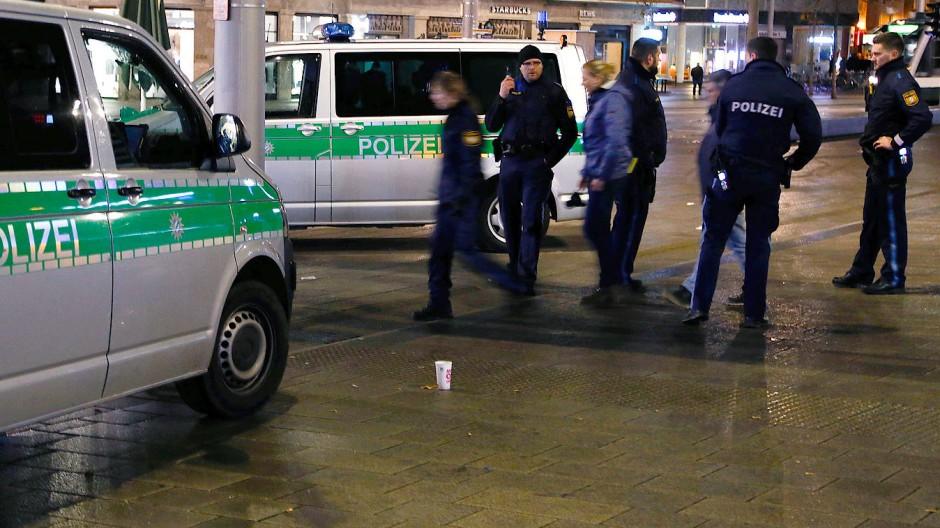Polizisten sichern in der Nacht zum vergangenen Samstag den Tatort am Augsburger Königsplatz.