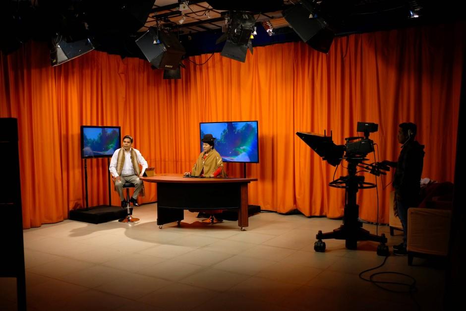 Die Journalistin Sonia Quispe präsentiert die Morgennachrichten in der Sendung Yatiyawi. Yatiyawi ist die erste Fernsehsendung in Bolivien, die internationale Themen in Aymara ausstrahlt.