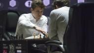 Alter und neuer Weltmeister: Carlsen verteidigt Schachtitel