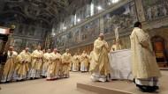 Der neugewählte Papst hält eine Messe in der Sixtinischen Kapelle
