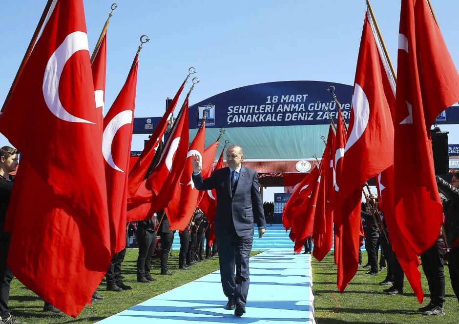 Mit Weltverschwörungstheorien aus dem Nichts gegen unliebsame Kritiker: Erdogan am Samstag in Canakkale