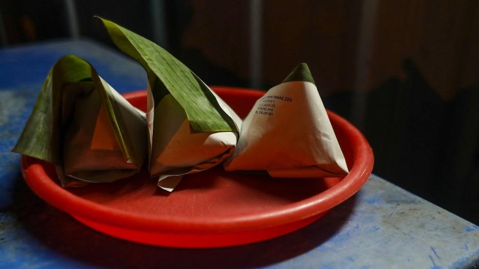 Ein malaysisches Straßenrestaurant verkauft das Nationalgericht Nasi Lemak eingewickelt in Pandanblättern.