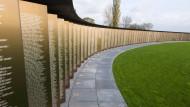 """Im Tod sind alle gleich: Die in Goldschrift gravierten Namen von 579.606 in Frankreich gefallenen Soldaten des Ersten Weltkriegs in dem als """"Ring der Erinnerung"""" konzipierten neuen internationalen Mahnmal in Notre-Dame-de-Lorette."""