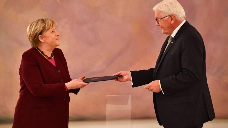 Bundespräsident Frank-Walter Steinmeier überreicht Bundeskanzlerin Angela Merkel die Entlassungsurkunde am Dienstag im Schloss Bellevue