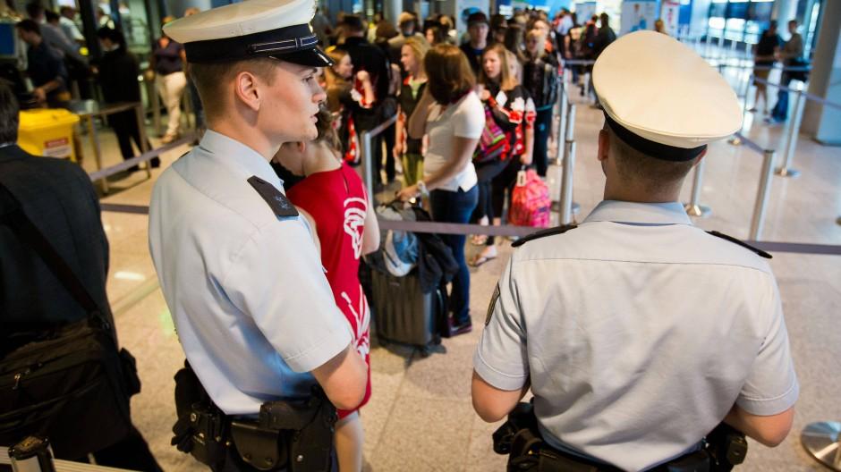 Überblick: Von 2023 an werden Bundespolizisten in Frankfurt nur noch die Aufsicht über die Sicherheitskontrollen inne haben