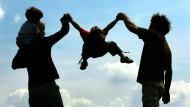 Mut zur Leichtigkeit: Das Streben nach Perfektion belastet Eltern bei der Erziehung