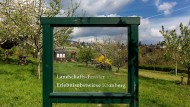 """Nicht unumstritten: Ein """"Landschaftsfenster"""" in Miniaturform steht schon an der Kronberger """"Erlebnisobstwiese"""" im Kronthal."""