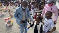 Zum Überleben: In Nomzamo, einem Township vor den Toren Kapstadts, werden Grundnahrungsmittel für ganze Familien an 1250 Schüler verteilt.